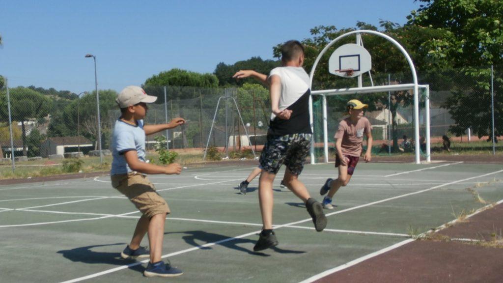 Pré-ados de 10 à 14 ans en train de jouer au foot