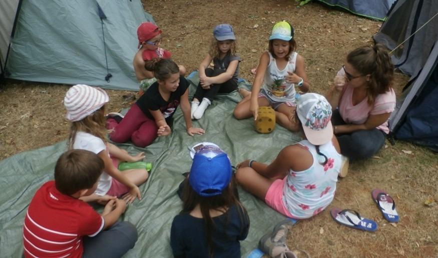Enfants en train de jouer au camping
