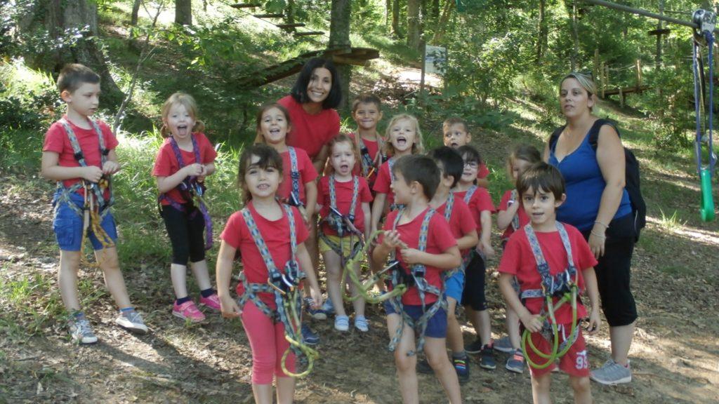 Enfants prêts pour l'accrobranche lors du camp nature