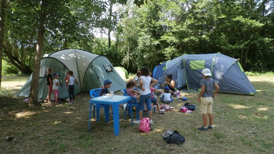 Groupes d'enfants au camping