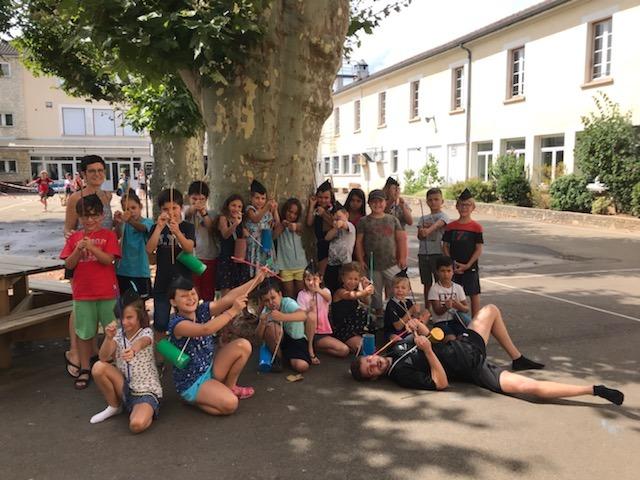 Les enfants avec leur arc Robin des Bois