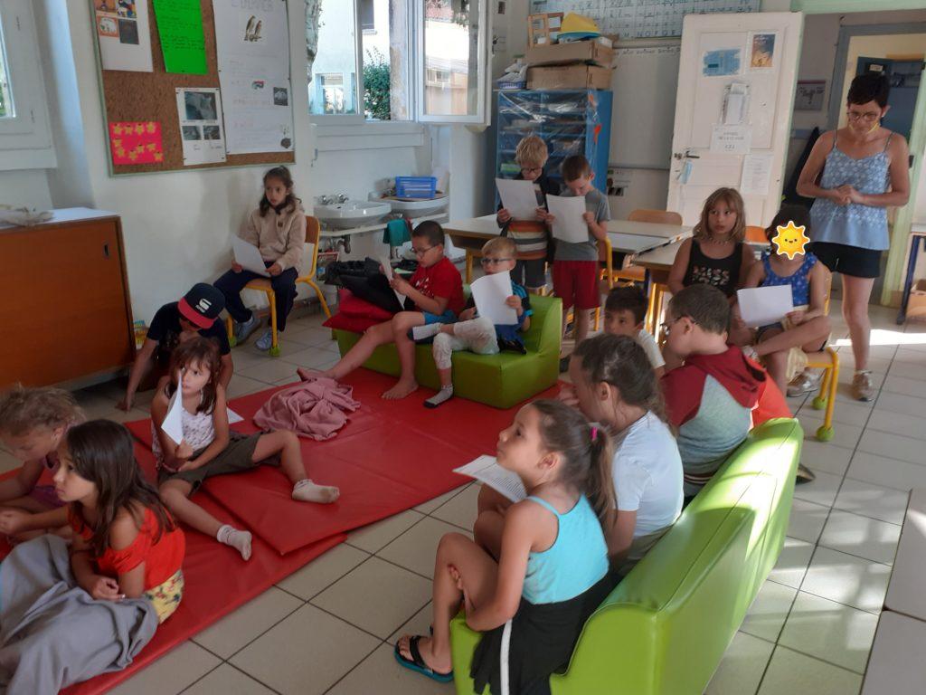 Enfants assis par terre qui travaillent